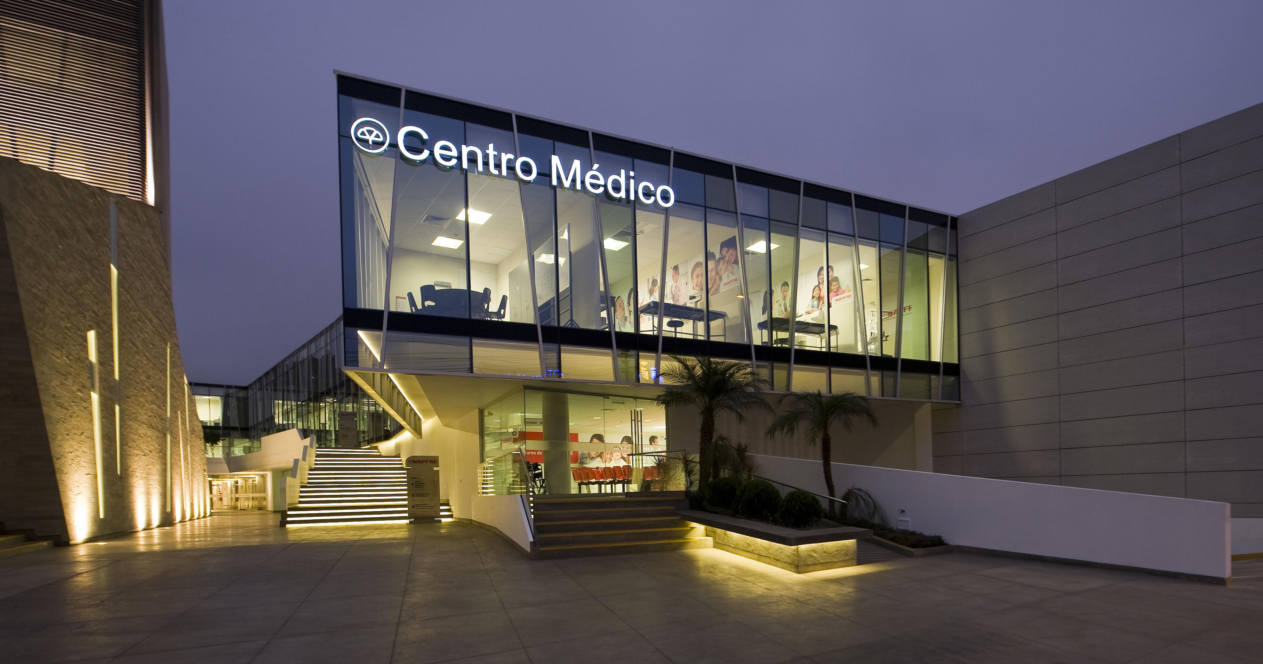 Iluminación exterior centro médico Mapfre Perú